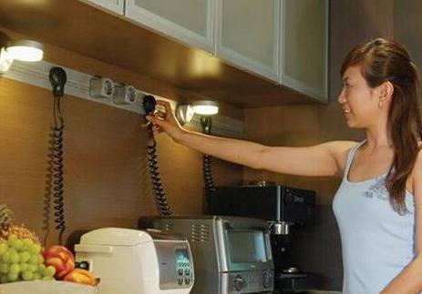 邻居厨房插座这样布置,用完电器都不用拔插头,太聪明了!!