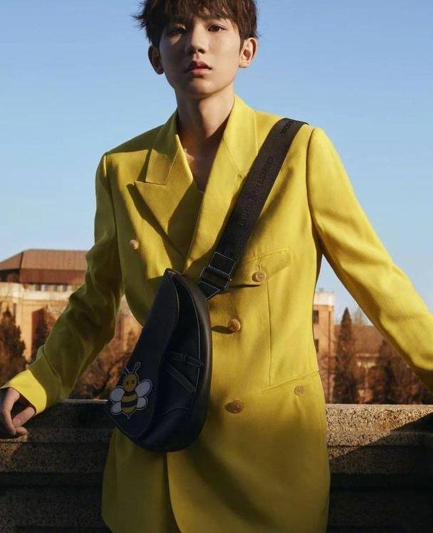 娱乐资讯:王源的黄色西装再掀时尚风潮,