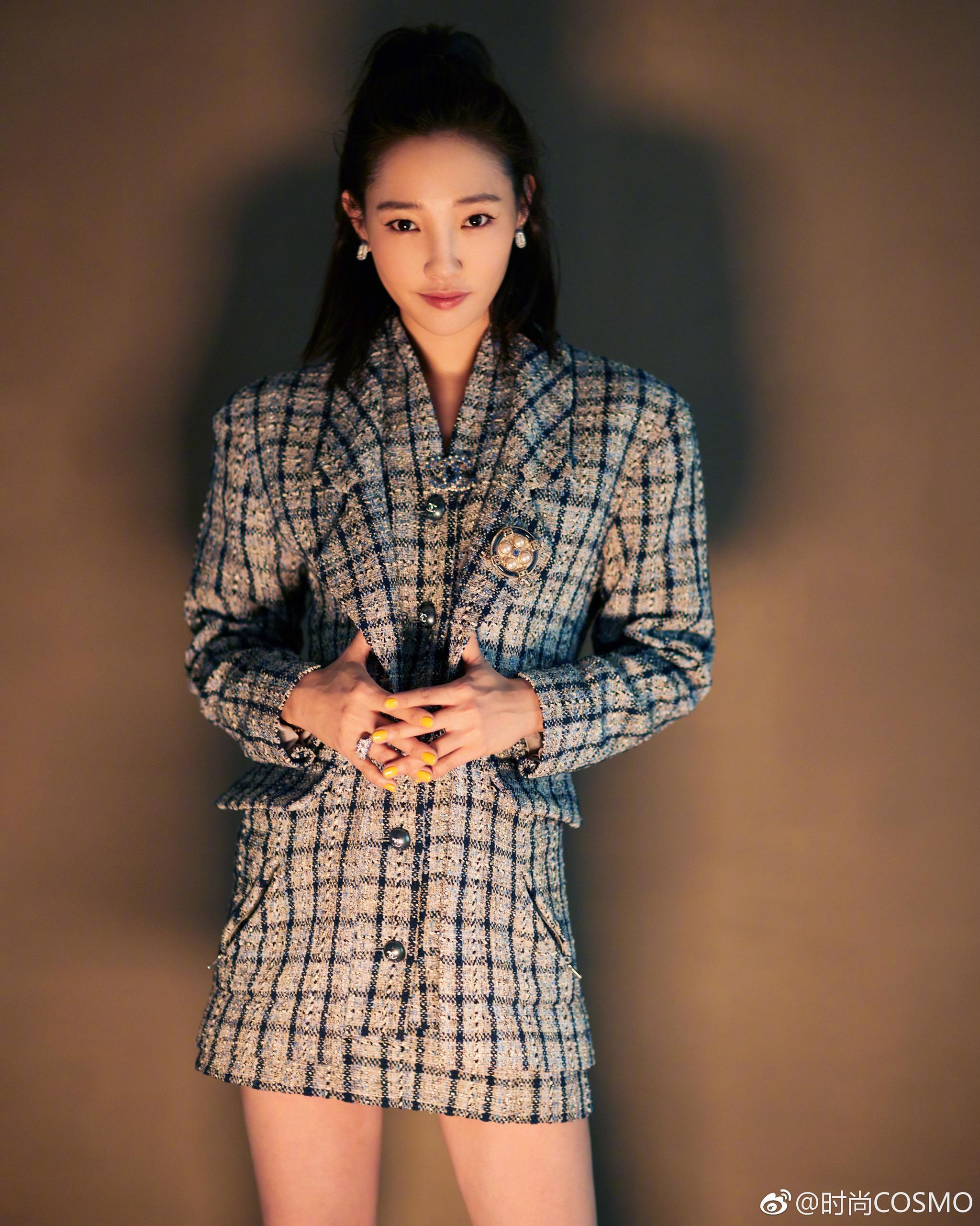 身着chanel 19早春度假系列斜纹软呢经典外套西装式连衣裙