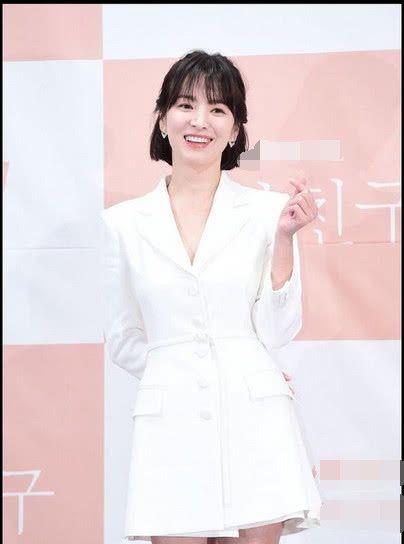 全智贤37岁,宋慧乔也37岁,同穿白色西装裙,气质差距如此大