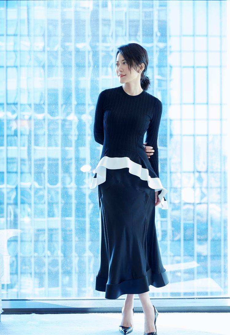 俞飞鸿厉害了,西装下穿百褶裙一点儿也不土,气质好就是不一般