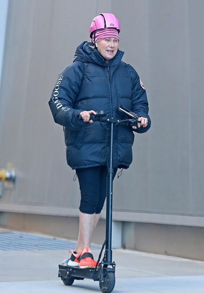 51岁金刚狼外出遛狗,随手带保温杯,还穿着成龙送的外套