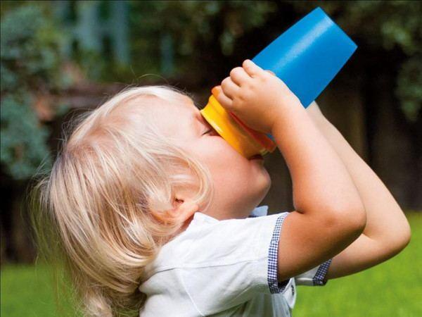 千万别给孩子这样用保温杯!一定要正确使用保温杯!