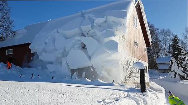"""挪威男子用绳索""""切割""""屋顶积雪 引发""""雪崩"""""""
