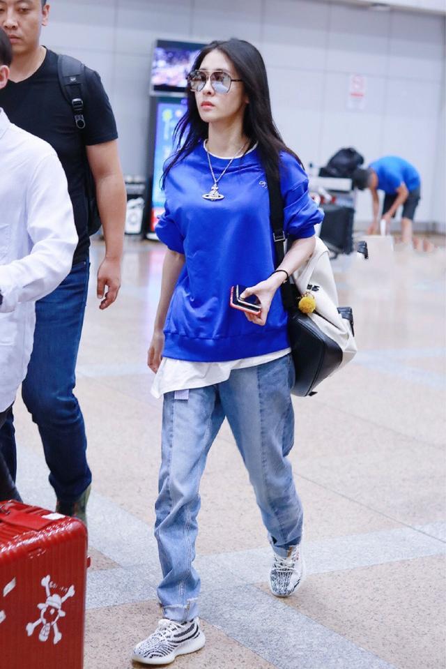 28岁张碧晨现身机场,穿拼接夹克帅气十足,黑蓝双色真有个性!