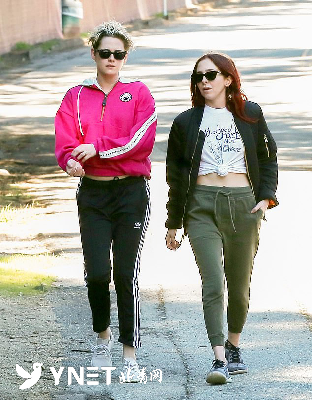 """""""暮光女""""被拍到穿玫红夹克与新女伴散步"""