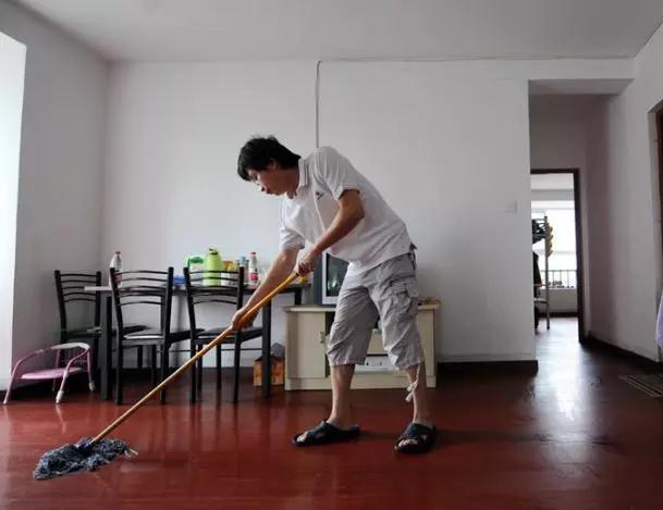拖地用清水等于白拖,老保姆巧用一个妙招,地板一尘不染!
