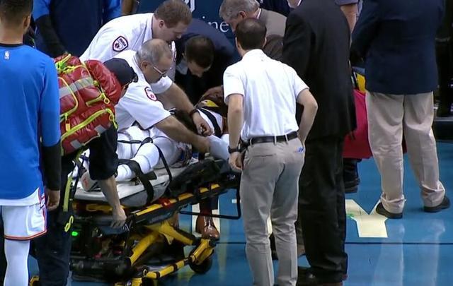 诺埃尔遭维金斯骑扣头部撞上地板,被抬出场外