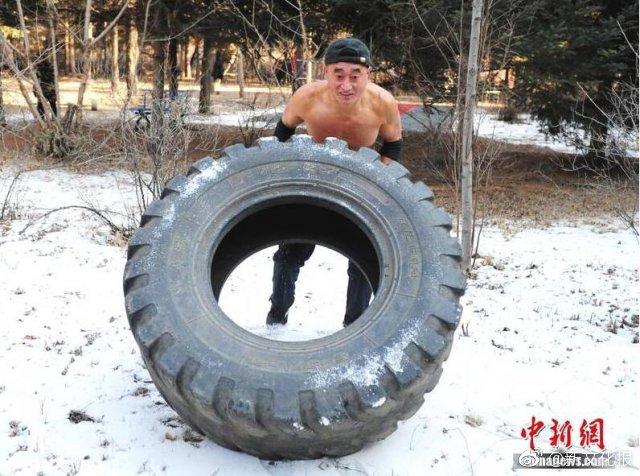 长春大爷冬季赤膊健身二十年,百斤轮胎轻松搬走