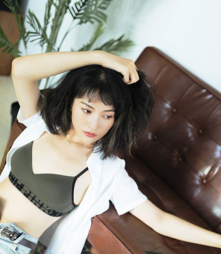 《爱情公寓》关谷女友写真曝光,裤子拉链没拉,看着却清纯无邪!