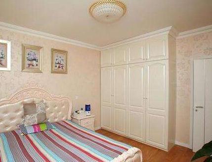 卧室衣柜到顶记得加上石膏线,效果简约大气,太聪明了