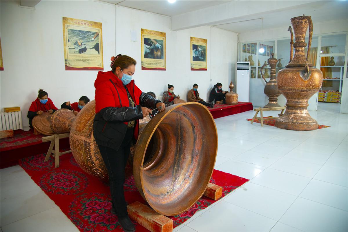 传统手工艺品铺就致富路