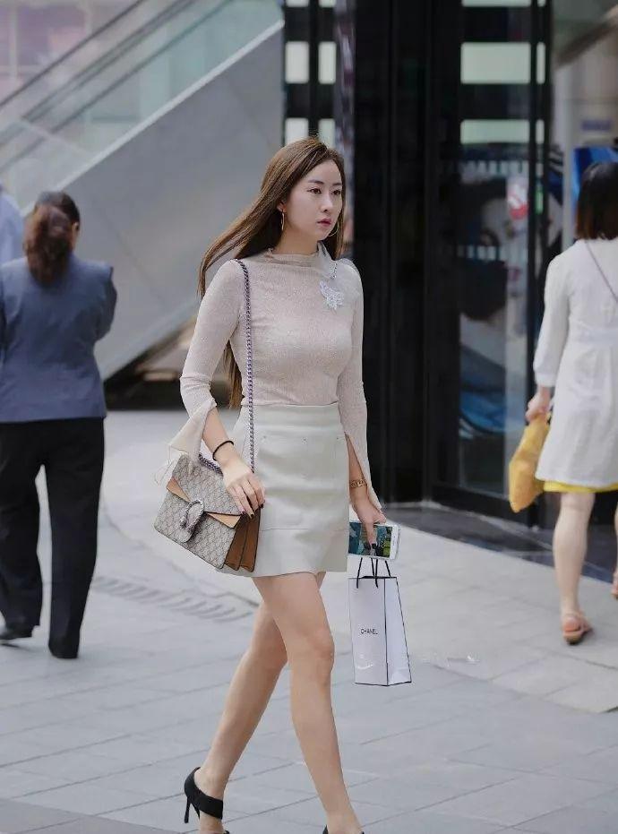 女性穿搭包臀连衣裙,搭配高跟鞋更加迷人