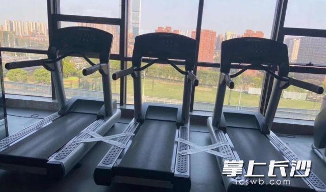 """健身房6员工被欠薪14万多元 法官""""活查封""""健身器材"""