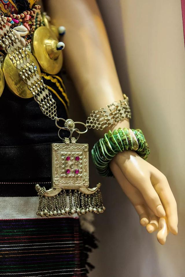 藏式新衣丨衣着很素,但金银首饰可以装一背篓!