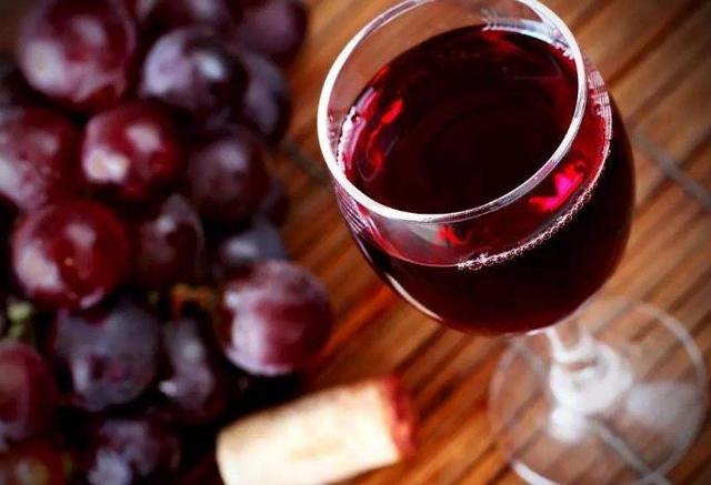 女人喝红酒变美原因,红酒为什么又酸又涩?为啥红酒不能一口闷?