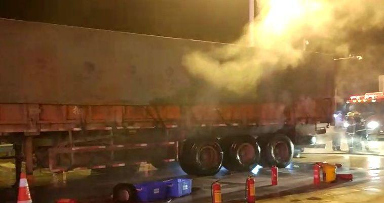 惊险,大货车轮胎起火 司机浑然不觉驶入钦州西收费站
