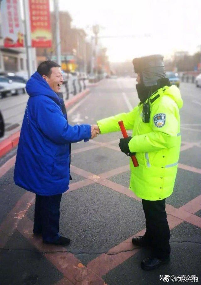 长春交警巡逻时拾到手机,快递小哥露出温暖笑容