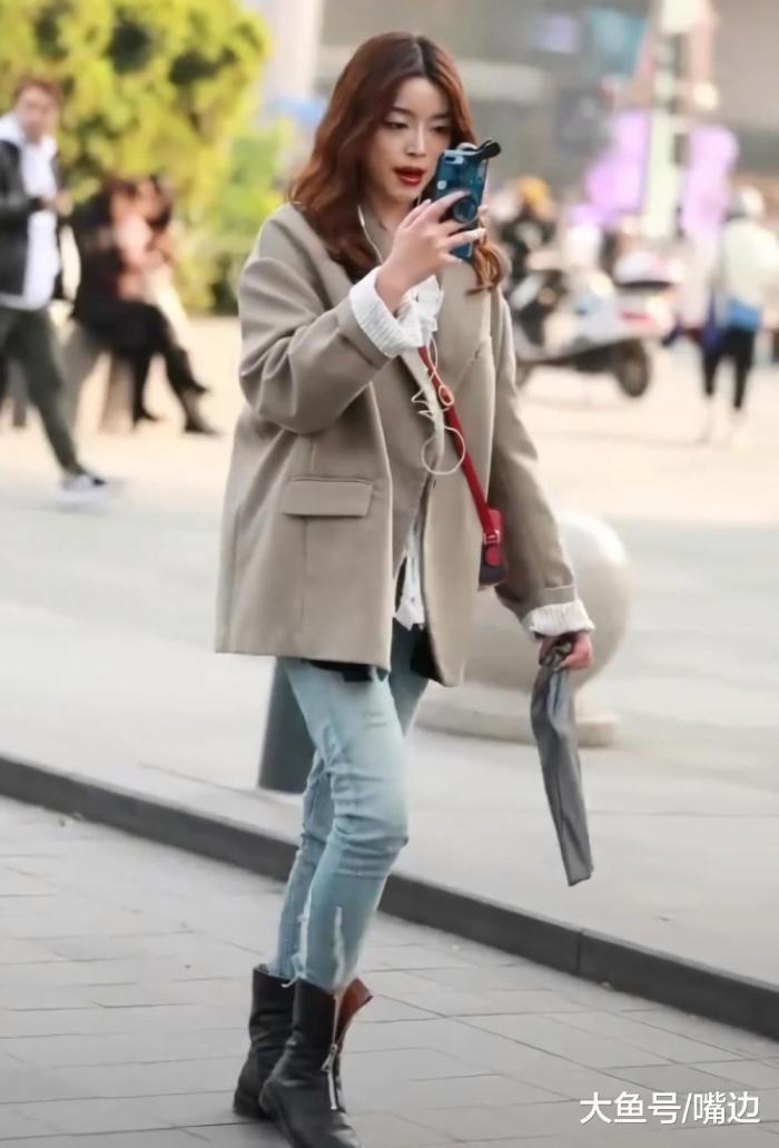 """美女这""""冰条裤""""不忍直视, 穿上""""河马腿""""立显, 靴子拉链没拉上"""