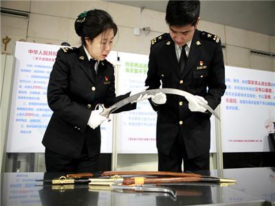 南京禄口机场一外籍旅客携带4把管制刀具进境 被海关查获