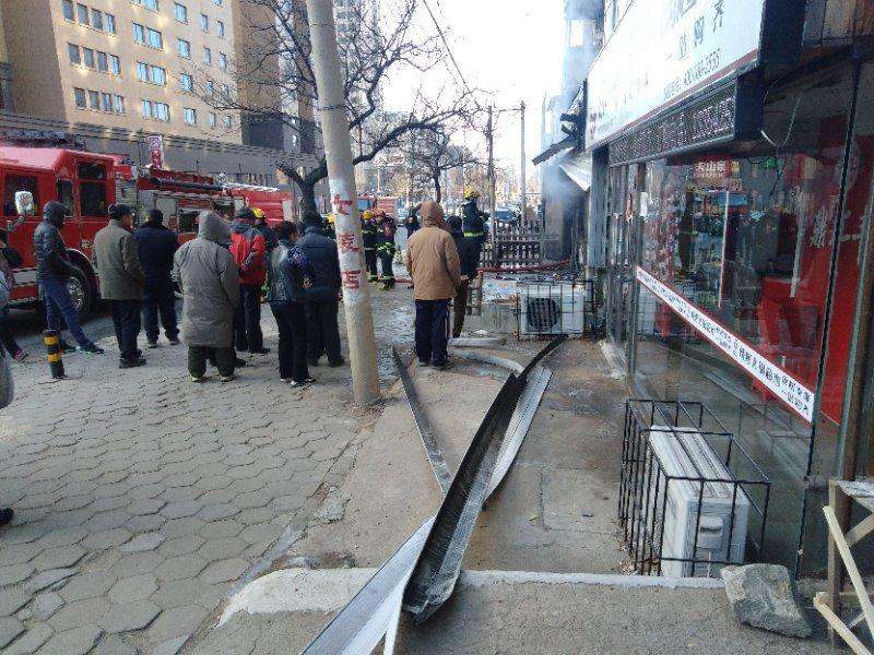 辽宁鞍山:陶瓷门市起火 随后119赶到灭火