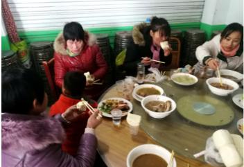 酒席刚一上菜,两位老人先把菜夹到袋子里,称带回家给孙子吃