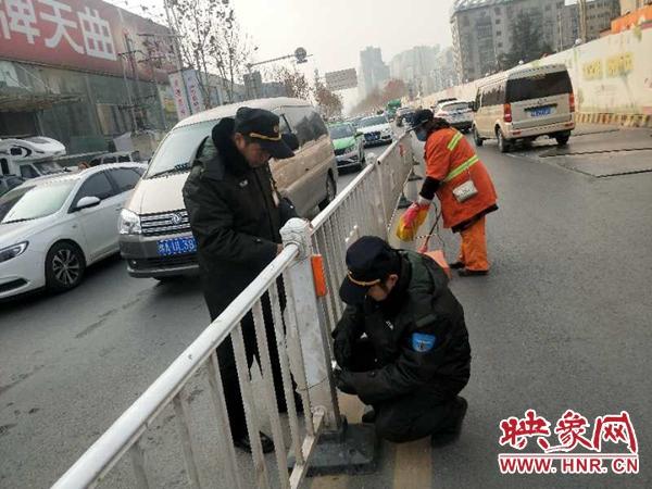 雪后路滑隔离带被撞成路障 郑州巡防现场修理保畅通