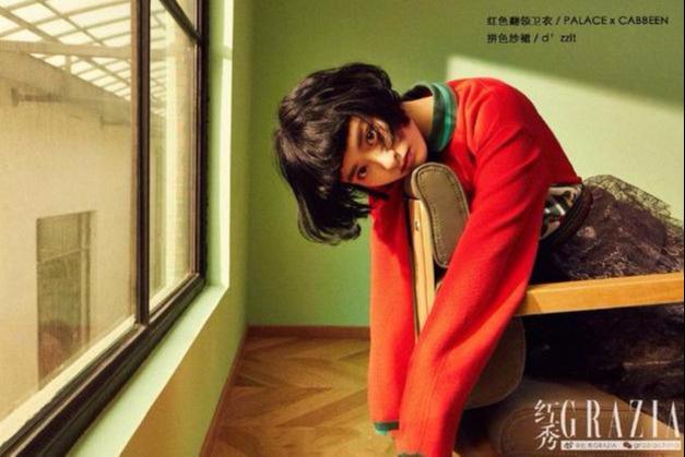 沈月拍时尚大片,卷发俏皮又优雅,条纹衬衣搭半身裙很惊艳!