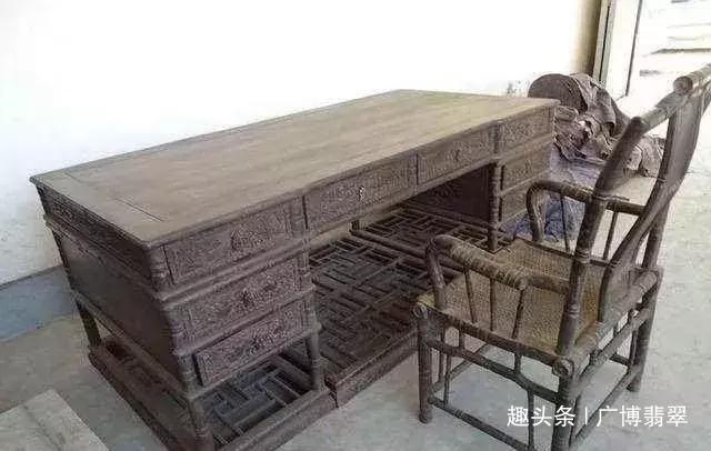 """大爷把紫檀木桌椅当""""破烂""""卖了,三年后在拍卖会拍出215万!!"""