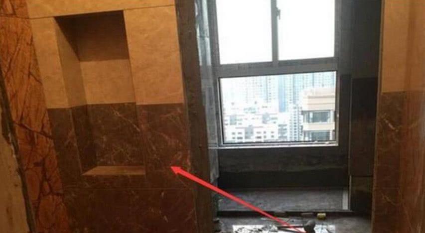 朋友建议把卫生间门洞拆了,改做移门,而业主最后却这样处理