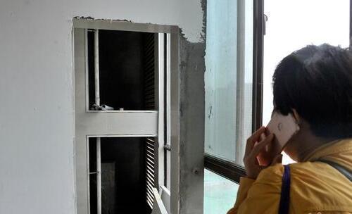 邻居家装空调却要装在自己家, 女子拒绝施工, 然后就停水停电了