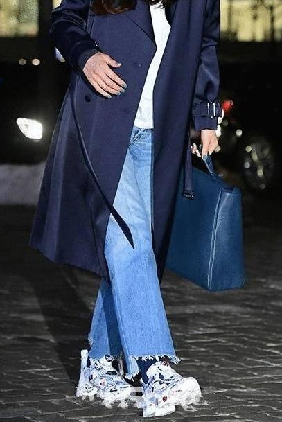 全智贤又穿蓝大衣, 换个款式阔腿裤运动鞋更有范, 最少减龄10岁