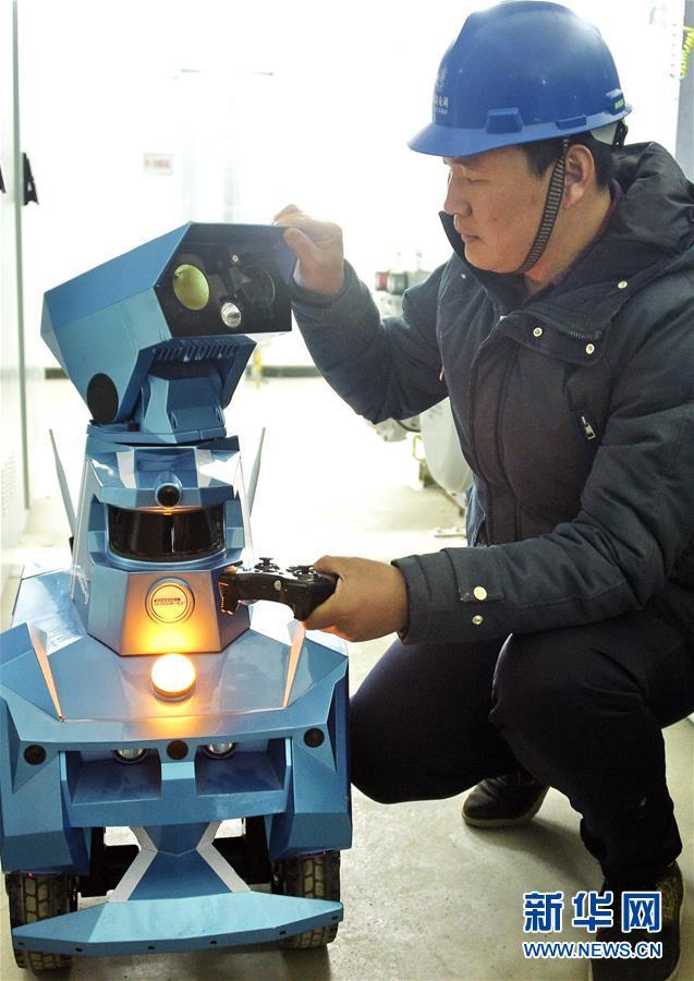 1月12日,国网北京电力的技术人员在调试GIS智能巡检机器人参数。