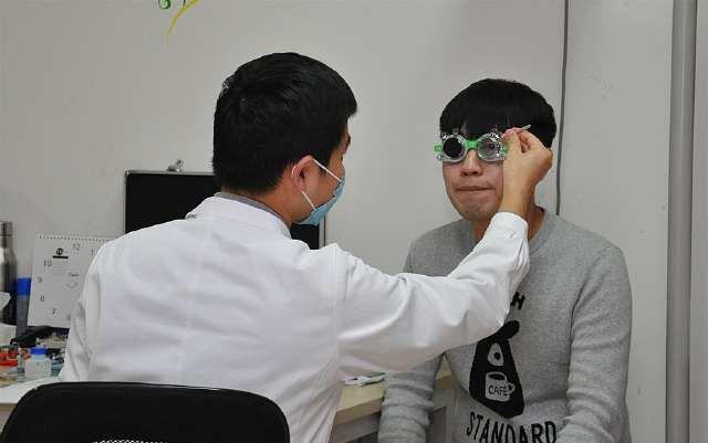 """当年那些抢着做""""激光近视手术""""的人,如今视力怎么样了?"""