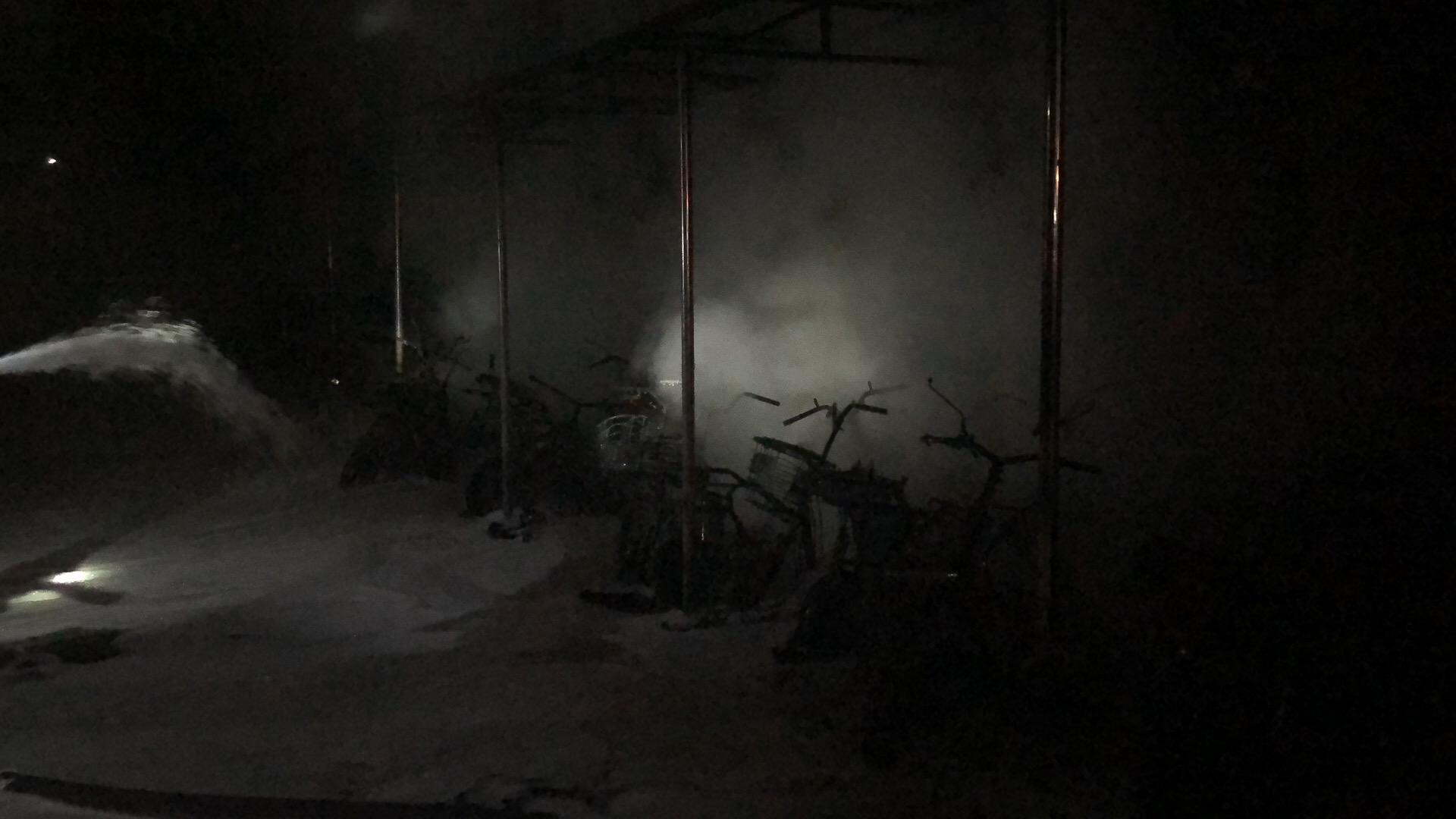 深夜 公寓楼下燃起大火 数十辆电动车烧毁