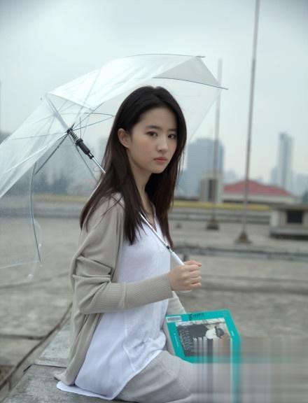 刘亦菲拍摄雨伞写真照!言情女王的标配脸真是名不虚传!长这样!