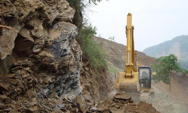陡峭的悬崖如此危险,挖掘机到底是怎么开上去的?老司机这样说!