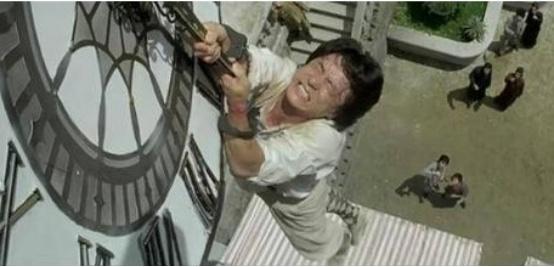 成龙拍戏有多拼?没有防护从21楼跃下,被保险公司终生拉黑