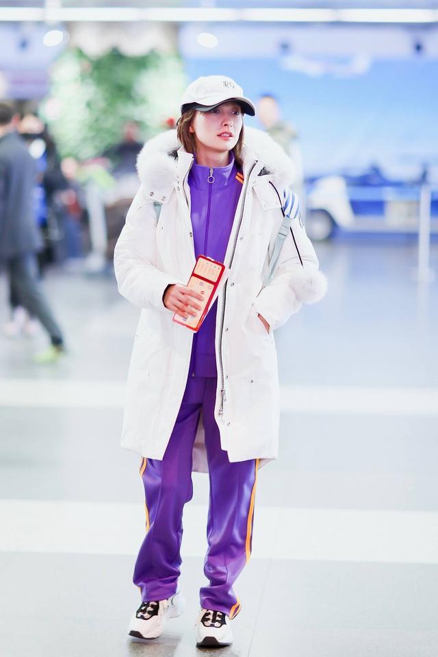 吴昕太个性了,运动装配长羽绒服清新又惊艳,戴俩棒球帽认真的?