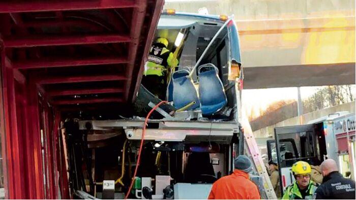 加拿大一双层公交失控撞站牌 上层遭切割致至少26死伤