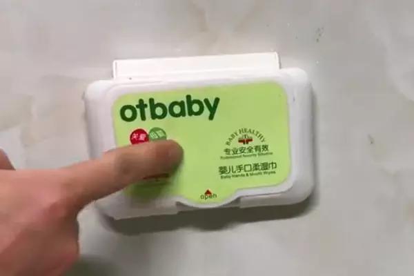 湿纸巾上的防尘盖不要扔,粘在插座上超实用,可惜知道的人很少!