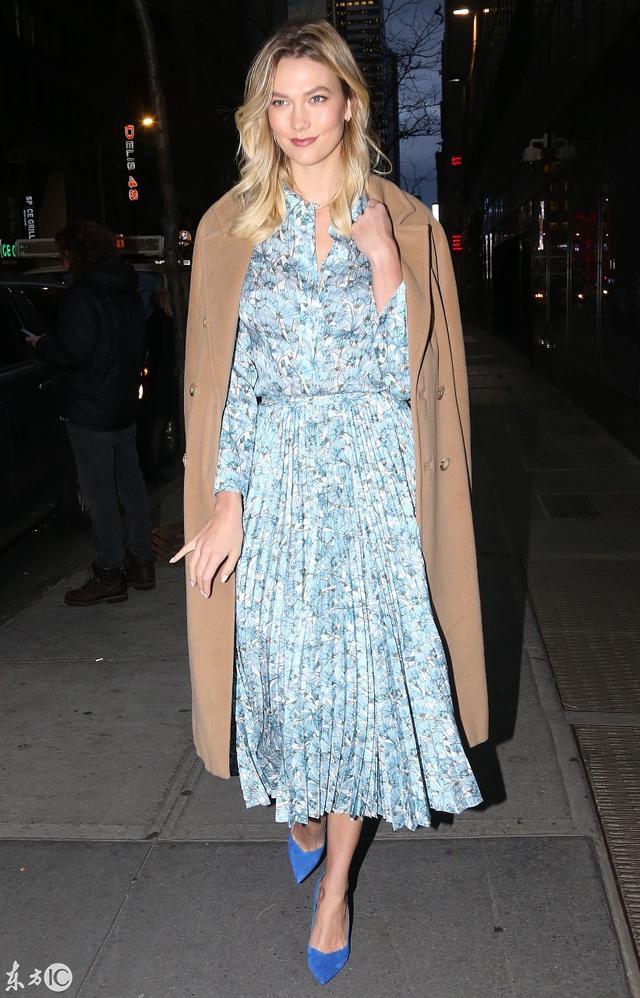 卡莉·克劳斯驼色羊绒大衣 展现冬季时尚