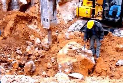 男子开挖掘机挖出一块大石头,专家一席话,让他瞬间变土豪!