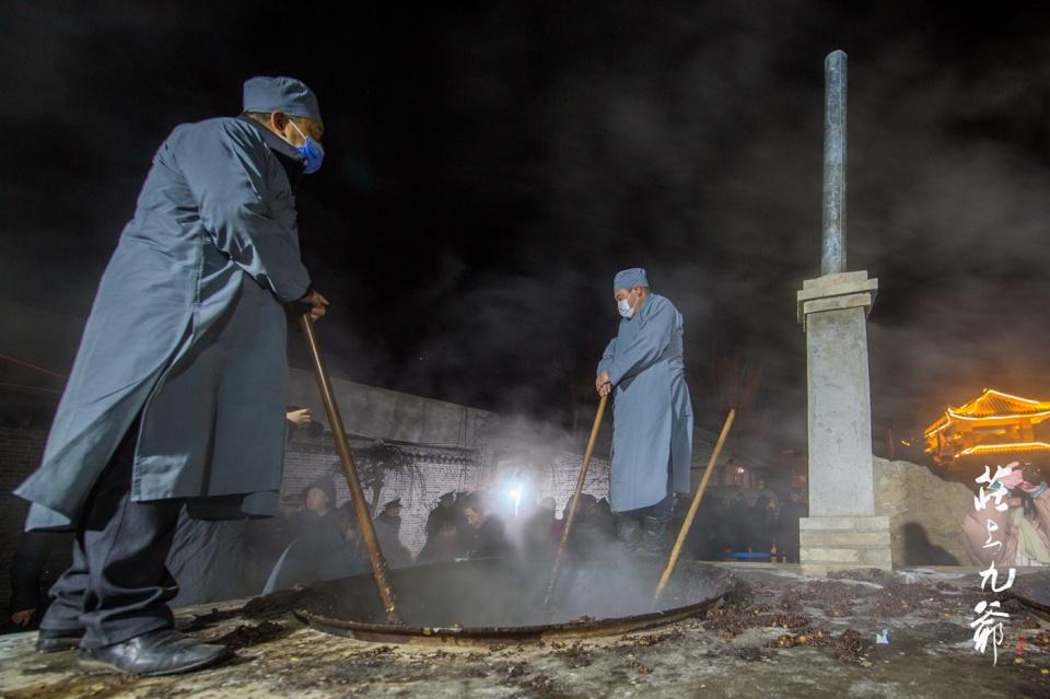 四百斤原料 八个人一夜翻搅 成就了释迦寺的一锅腊八粥