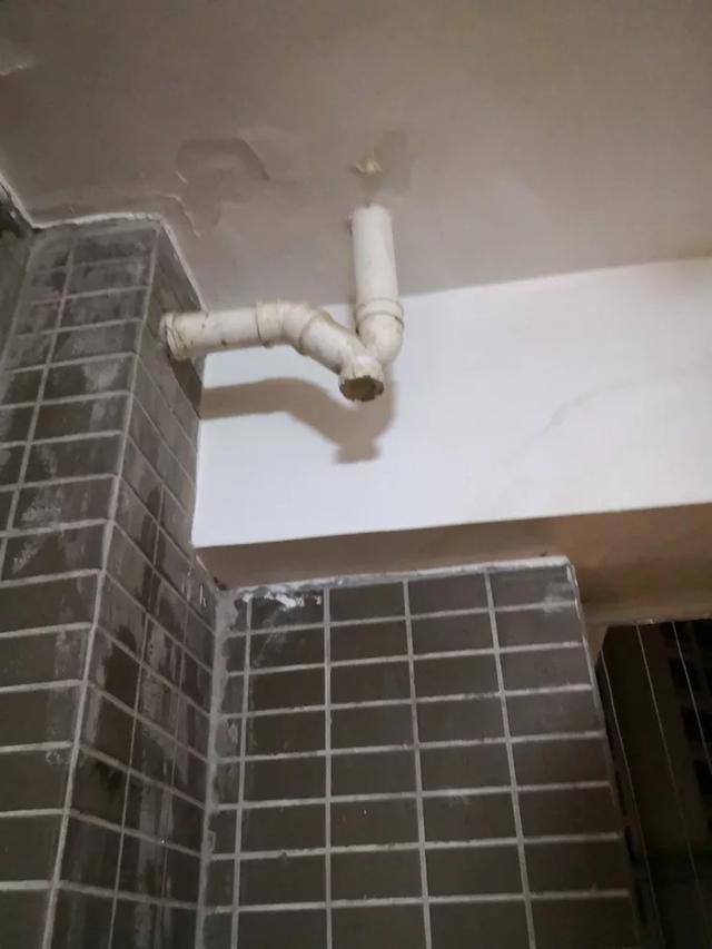 工人施工时偷懒,如今水泥封住我家地漏,修理费时又麻烦,烦躁!