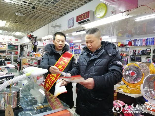 涟源消防志愿者走街串巷宣传忙 为商户送上防火秘笈