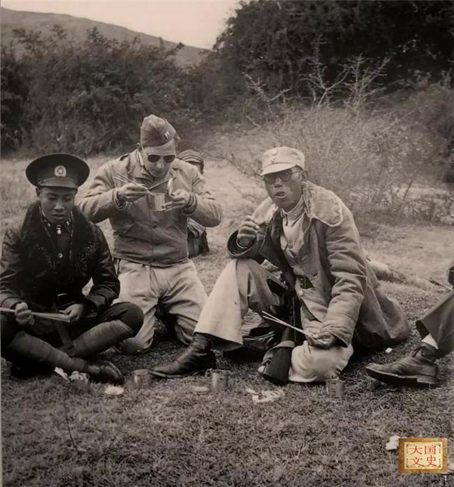 二战老照片,波兰骑兵与德国摩托兵对砍,被发现的狙击手一脸呆滞