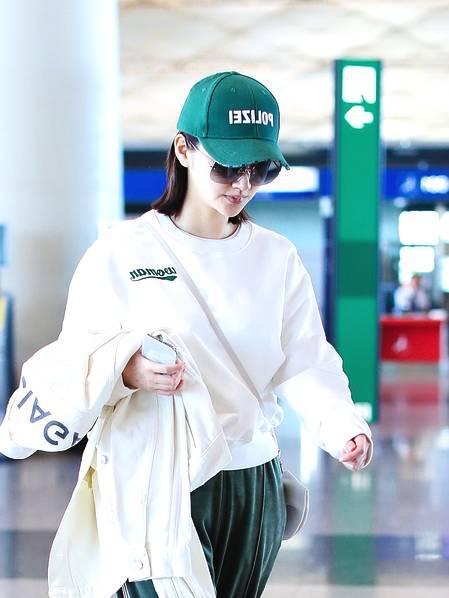 景甜现身机场,一身运动装搭配绿色棒球帽舒适范十足