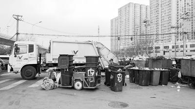 在弘善家园附近,十里河斜街与弘善路、左安路交会的路口最近饱受垃圾困扰。有2个垃圾转运站分别位于紧邻路口的高铁桥下和路口中间的道路上,既污染环境,还阻碍了车辆通行。