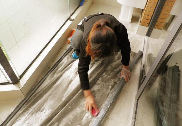 纱窗太难清洗?学会这一招,不用拆不用洗,让纱窗变干净,超简单